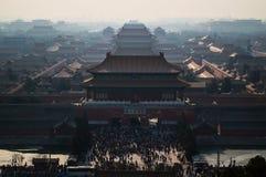 Forbidden City och folkmassor under det nya året för bergskammar som ses från Jingshan, parkerar templet på en kulle, Peking, Kin Arkivbild