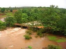 Force de l'eau d'inondation photographie stock libre de droits