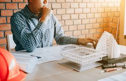Force o homem da engenharia que trabalha na tela do portátil na mesa de escritório foto de stock royalty free