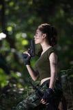 Force spéciale avec l'arme à feu dans la jungle Images libres de droits