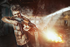 Force spéciale avec l'arme à feu dans la bataille Image libre de droits