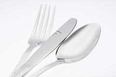 Forcella d'argento con il coltello del cucchiaio isolato su fondo bianco Fotografia Stock