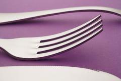 Forcella del coltello e dettaglio del cucchiaio sopra un fondo porpora cutlery Fotografia Stock