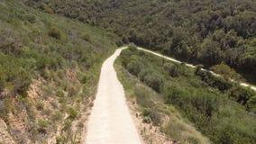 Forcella della curva nelle montagne vedute da sopra con il fuco archivi video