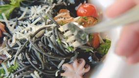Forcella di rotazione della pasta dell'inchiostro del calamaro del servizio dell'alimento del ristorante video d archivio