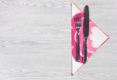 Forcella e coltello su una Tabella di legno Fotografia Stock Libera da Diritti