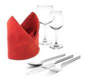 Forcella e coltello sui vetri rossi di vino e del tovagliolo isolati Fotografia Stock Libera da Diritti