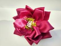 Forcella fatta a mano con i fiori e le perle colorati del tessuto fotografie stock libere da diritti