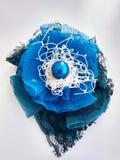 Forcella fatta a mano con i fiori e le perle colorati del tessuto fotografia stock libera da diritti
