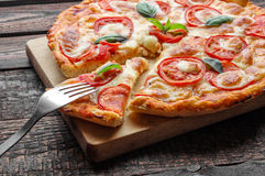 Forcella sulla pizza della fetta Primo piano Immagini Stock