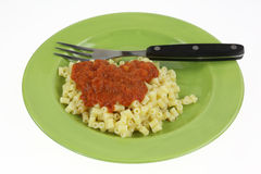 Forcella verde del piatto della pasta e della salsa di quarto di pollice Immagini Stock Libere da Diritti