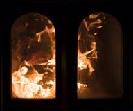 Forcelle infuriantesi della fiamma in camino fotografia stock