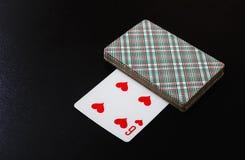 Forcelle reali dell'istantaneo del casinò delle schede di gioco Piattaforma delle carte da gioco pronte a giocare su un fondo ner Fotografia Stock Libera da Diritti