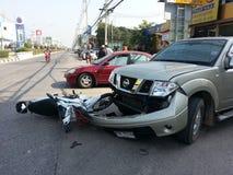 Forcerad olyckspickup och motorcykel Royaltyfria Bilder