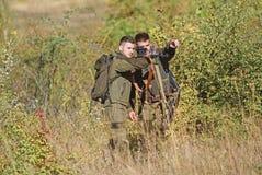 Forces d'arm?e camouflage Amiti? des chasseurs des hommes Qualifications de chasse et ?quipement d'arme Comment chasse de tour da photographie stock libre de droits
