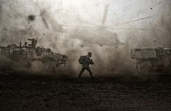 Forces militaires entre la tempête et la poussière dans le désert images stock