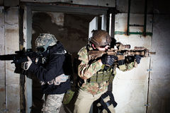 Forces spéciales soldat ou équipe d'entrepreneur pendant la mission de nuit Images libres de droits