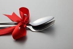 Forchetta e cucchiaio con il nastro Immagini Stock