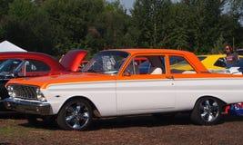 Ford anaranjado y blanco clásico restaurado Foto de archivo