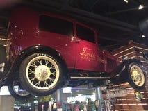 Ford-auto op vertoning bij restaurant stock foto