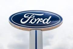 Ford Automobile Dealership Exterior und Logo des eingetragenen Warenzeichens Stockfotos