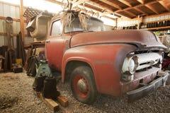 Ford-bestelwagen in garage Stock Foto's