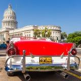 Ford clássico perto do Capitólio em Havana Foto de Stock Royalty Free