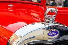 Ford classique sur le rassemblement des voitures de vintage à Cracovie, Pologne Photographie stock libre de droits