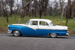 1957 Ford Customline Sedan-het drijven bij de landweg Royalty-vrije Stock Foto's