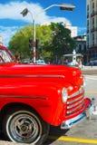 Ford d'annata rosso ristabilito pozzo a Avana Fotografia Stock Libera da Diritti