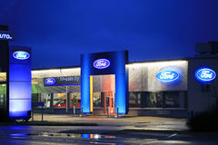 Ford Dealer Building med signagen Arkivfoto