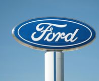 Ford Dealership Sign And Logo contre le ciel bleu, Detroit, le 17 octobre 2017 Photos stock