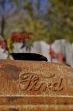 Ford-embleem op een roestige tractorkap Royalty-vrije Stock Afbeeldingen