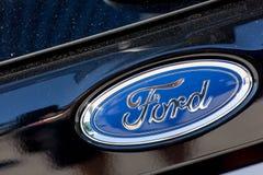 Ford-embleem op zwarte auto Royalty-vrije Stock Afbeelding