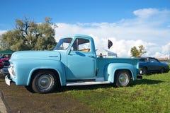 Ford-F100 Bestelwagen 1954 modeljaar - de deelnemer van parade van retro auto's in Kronstadt Stock Foto's