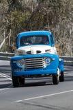 1948 Ford F5 lastbil som kör på landsvägen Arkivbilder