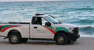 Ford F-150 pickup praca społeczna patroluje na plaży Miami zbiory