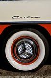 Ford Fairlane Custom 500 navkapsel och gummihjul Royaltyfria Foton