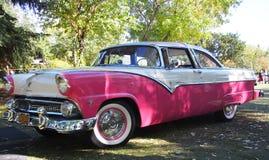 Ford Fairlane rosado y blanco restaurado obra clásica Imagen de archivo