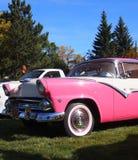 Ford Fairlane rosado y blanco restaurado obra clásica Fotografía de archivo