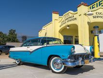 1956 Ford Fairlane Victoria - Blue_White - Front Right in Cucamo Royalty-vrije Stock Foto