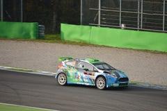 Ford Fiesta samlar bilen på Monza Arkivbild