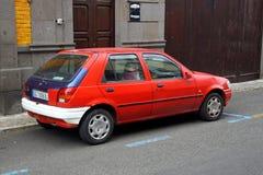 Ford Fiesta vermelho idoso fotos de stock royalty free