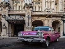 Ford Galaxie parkerade framme av Havana Opera House Arkivbild