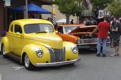 Ford giallo d'annata e Chevrolet rosso Fotografie Stock