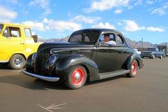 1939 Ford gospodarki standard z dumnym właścicielem - Zdjęcie Royalty Free