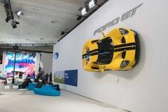 Ford GT wspina się ścianę na pokazie podczas losu angeles Auto przedstawienia Obrazy Stock