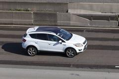 Ford Kuga Escape på huvudvägen fotografering för bildbyråer