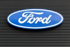 Ford-Logo auf einer Wand Stockfotografie