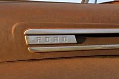 Ford Logo på en gammal rostig uppsamlingshuv Arkivbilder
